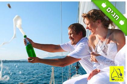 להפליג אל השקיעה: הפלגה חוויתית של שעה לבחירה על יאכטת מפרש רומנטית מול חופי תל אביב, החל ב-99 ₪ או הפלגה קבוצתית פרטית ב-599 ₪, גם בסופ